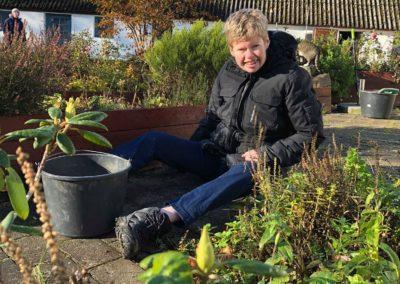 Mette ude i haven