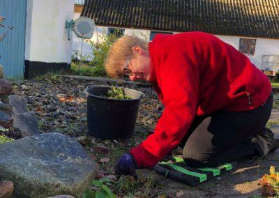 Pernille hjælper til ude i haven